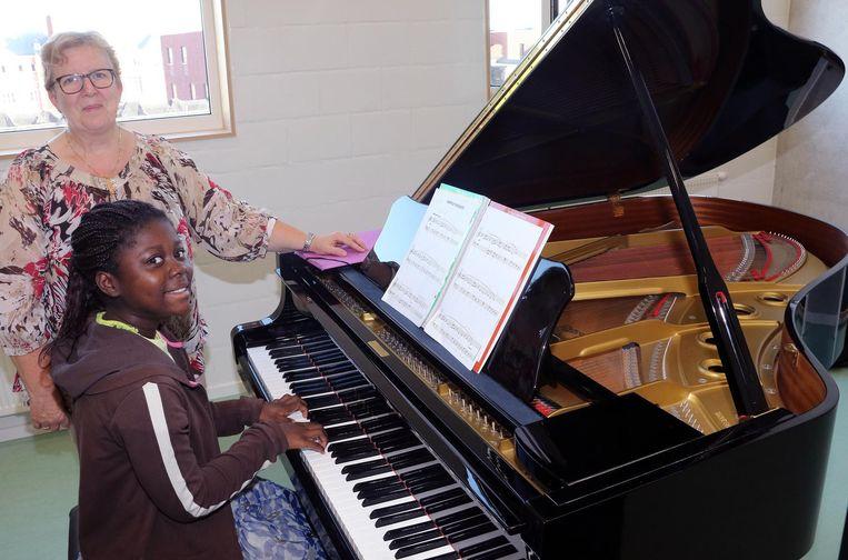 Lydia Rommes geeft pianoles aan Keziah Appiah.
