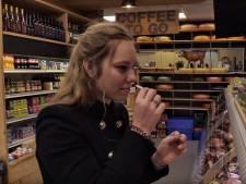 Ilona proeft voor het eerst kaas: 'Brie verandert in je mond in smurrie'
