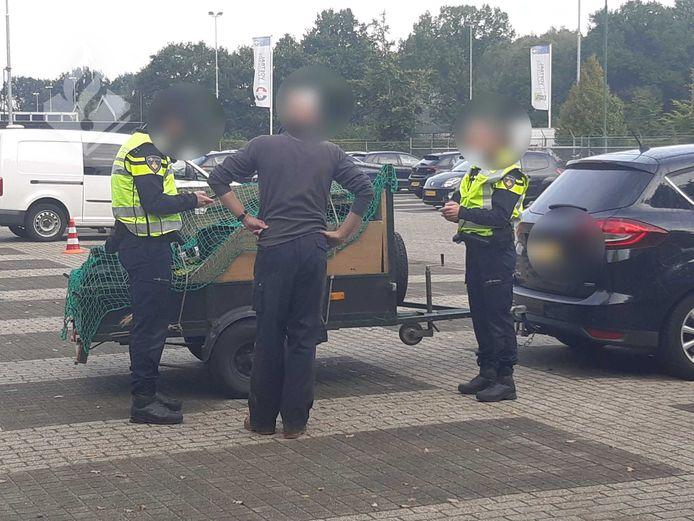 Twee politieagenten in gesprek tijdens één van de gehouden verkeerscontroles.