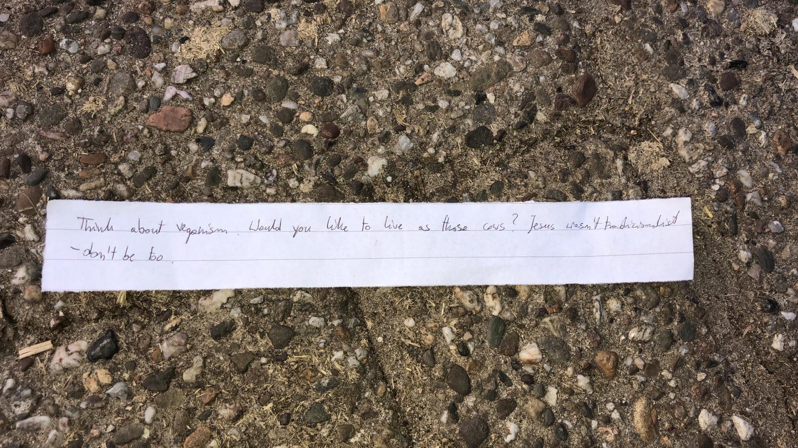 Eén van de briefjes die bij boeren in Lochem is bezorgd.