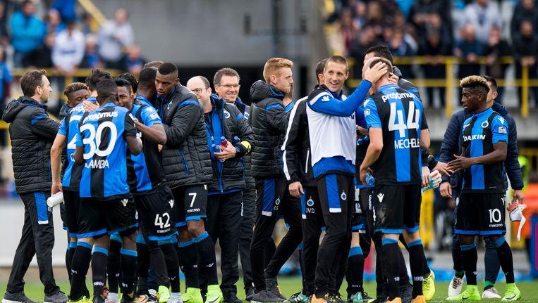 De spelers en staf van Club na de 2-1 zege zondag tegen Gent.