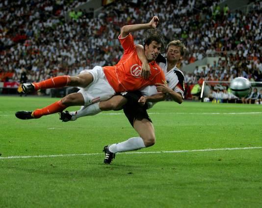 Ruud van Nistelrooy maakt in 2004, bij het EK in Portugal, de late gelijkmaker tegen Duitsland.