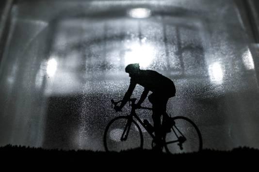 Een fietser in een dikke glazen tegel van Marijke Schellekens.