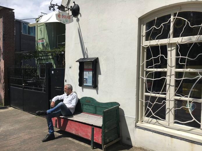 Martin Voorbij op het bankje voor het Spoelhuisje/Inkijkmuseum aan de Dommelstraat.