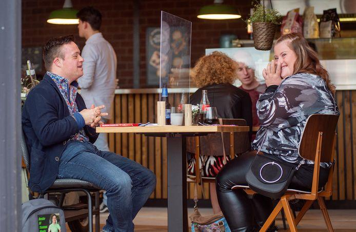 In het oefenrestaurant van Brownies & Downies op de Noordkade te Veghel vindt Uniek en Romantiek plaats met op de foto Thomas Weijts en Robin Kerssens, die hier nét hebben kennis gemaakt.