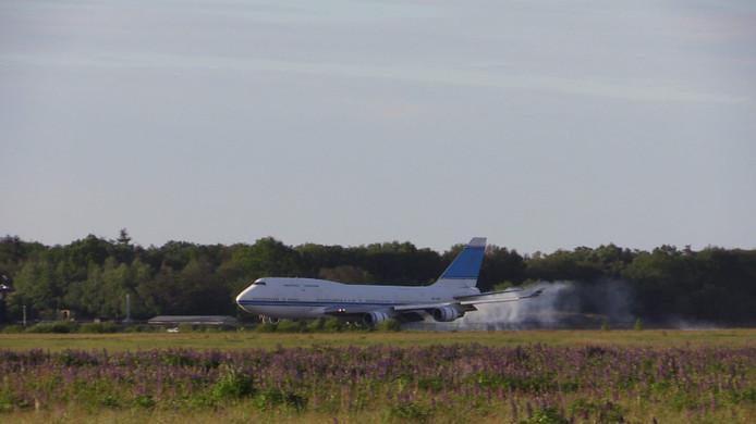 Boeing 747 landt op Vliegveld Twenthe