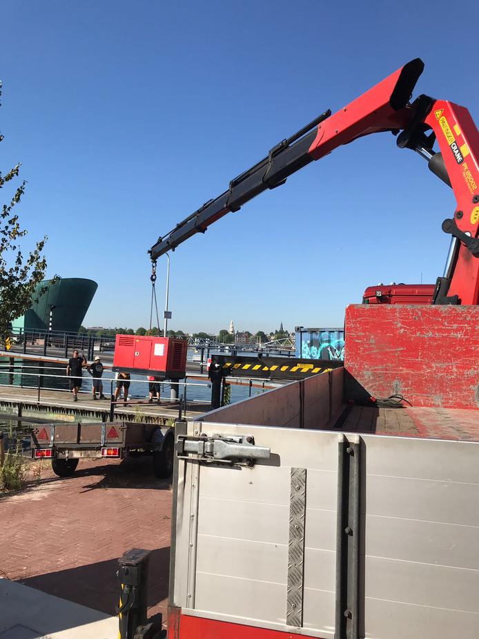 Hijskranen kwamen eraan te pas om de boot van gaybar De Regenboog voor de Gay Pride op te bouwen. Ook 100 klanten uit Eindhoven varen mee.