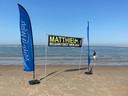 Matthieu werd verwelkomd met een spandoek op het strand.