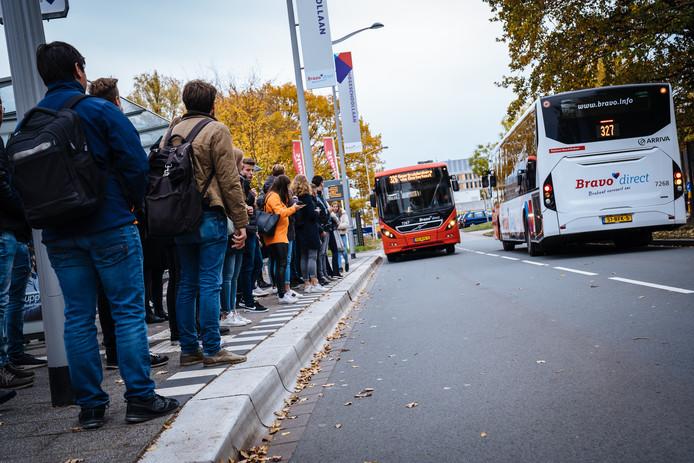 Buslijn 326 van Geertruidenberg naar Breda stopt aan de Hogeschoollaan in Breda.