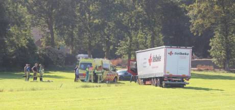 Vrachtwagenchauffeur zwaargewond na ongeval in Haarle