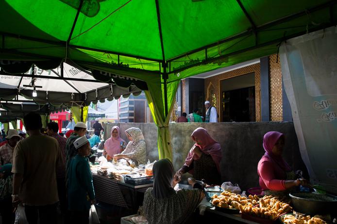 Eetstalletjes in de straten van Bali verkopen de saté aan onwetende vakantiegangers.