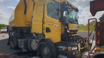 E19 tijdlang versperd in Minderhout na ongeval met twee vrachtwagens