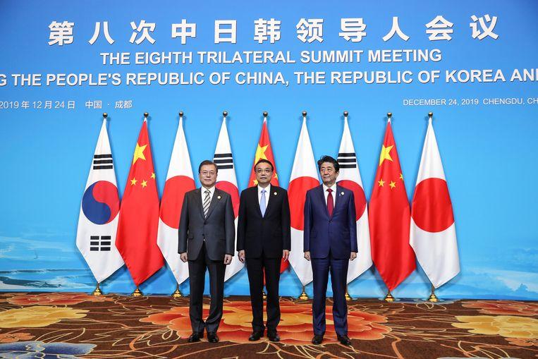 De Zuid-Koreaanse president Moon Jae-in, de Chinese Premier Li Keqiang en de Japanse premier Shinzo Abe