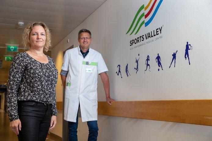 Jantina Groeneveld met sportarts Hans Zwever in Ziekenhuis Gelderse Vallei in Ede. Zij heeft corona gehad, maar is nog steeds zo moe dat ze eigenlijk niets kan.
