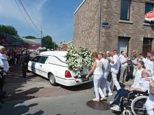 Vrienden en familie nemen in het wit afscheid van terreurslachtoffer Cyril (22) uit Luik
