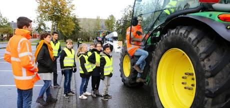 Scholieren in Bleskensgraaf leren fietsen in de buurt van een tractor