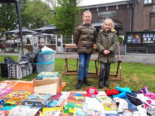 Dean (10) en Quinn (6) verkopen hun spulletjes tijdens de Kindermarkt