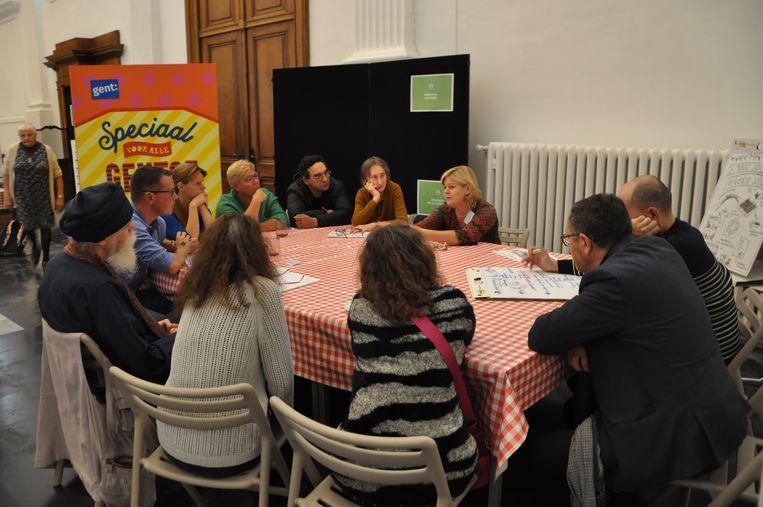 Aan deze tafel debatteren onwoners over onderwijs.