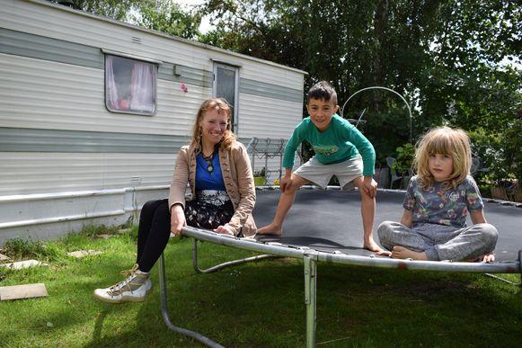 Alina, Kindo en buurmeisje Mosje voor hun caravan op camping Puyenbroeck.