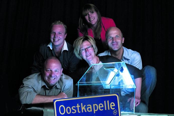 De organisatoren van Serious Request Oostkapelle: boven Susanne Coppoolse, midden van links naar rechts Jeroen Burgs (tevens DJ), Marga Jobse en Jacco de Lignie, onder Hans Burgs (tevens DJ). foto Stanowicki Fotografie