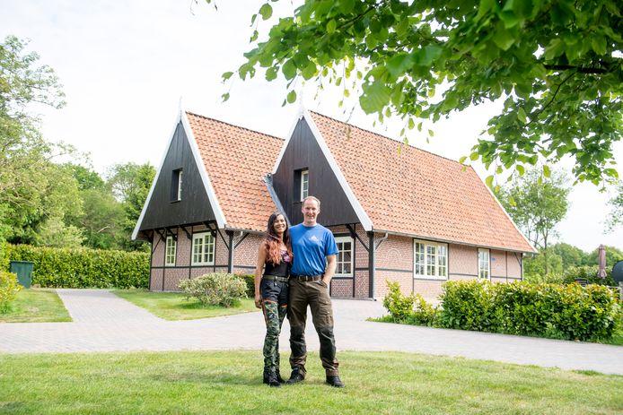 """Arno en Novita Protzmann  wonen zelf ook op het vakantiepark. """"Het is hard werken, maar we krijgen er vrijheid en een prachtige plek voor ons gezin om te wonen en leven voor terug."""""""