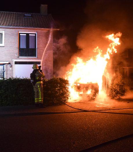 Auto brandt uit op oprit van huis in Doetinchem