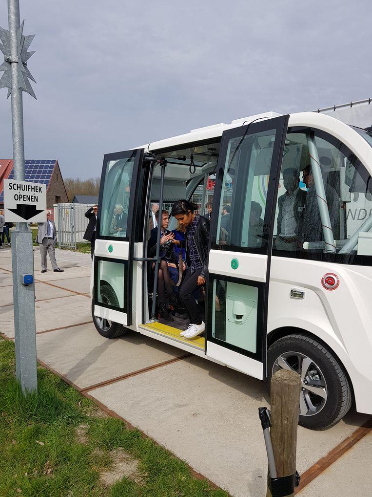 Een zelfrijdende bus houdt via 5G contact met de centrale. Beeld -