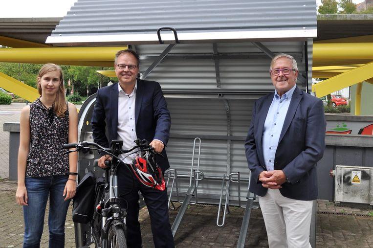 Schepen van Mobiliteit Jan Desmeth (N-VA) en schepen van Leefmilieu Paul Defranc (CD&V) bij de fietskluis aan het station van Ruisbroek.