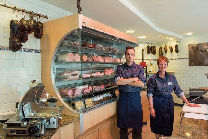 Eigenaresse Brenda Smolders en haar zoon Dirk  die de slagerij runnen hebben zaterdag de deuren voorgoed dichtgedaan van de enige slagerij in de Beerzen.
