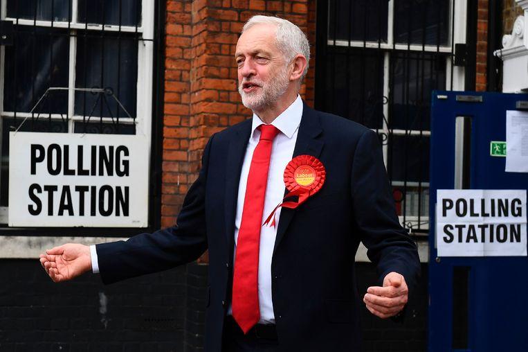 Corbyn stemde vandaag op de Pakeman Primary School in noord-Londen. Beeld afp