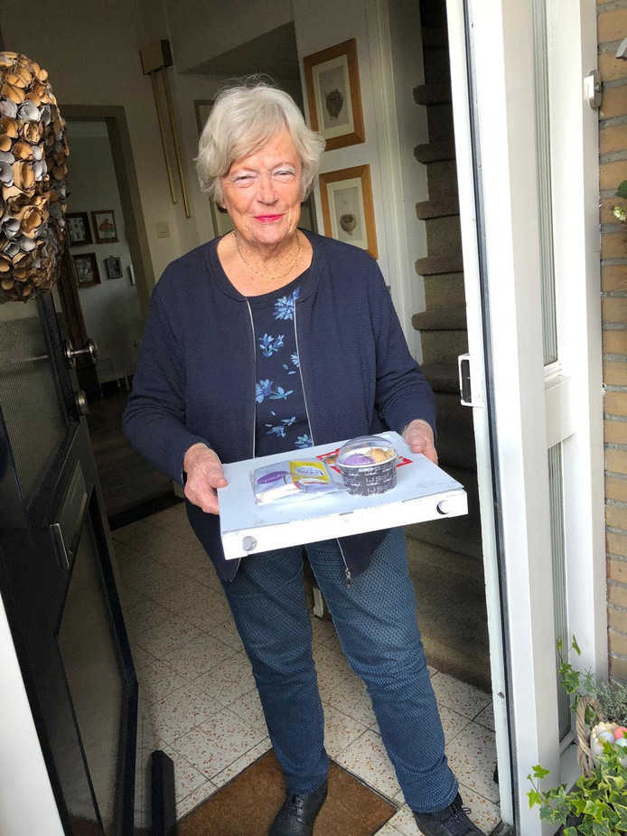 Mevrouw Van Hoksbergen uit Uden wordt verrast met de 'blije box'.