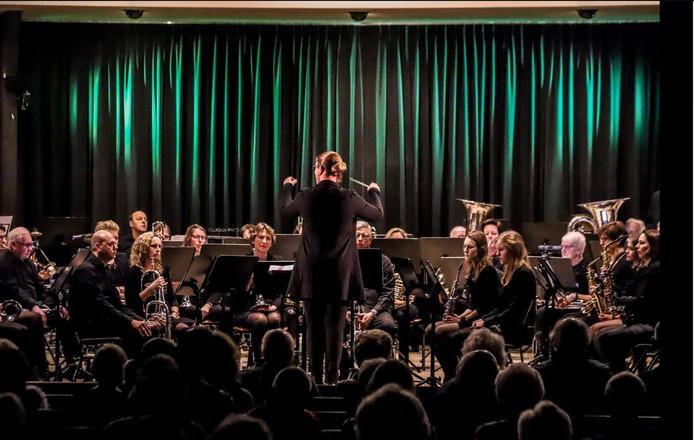 Het orkest van de Holtense Muziekvereniging tijdens het nieuwjaarsconcert in januari.