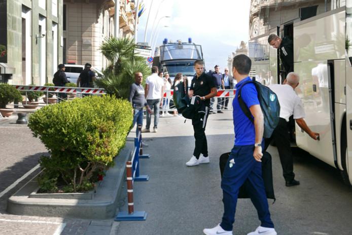 Feyenoordspelers Bart Nieuwkoop en Sven van Beek stappen uit de bus bij hun hotel in Napels.