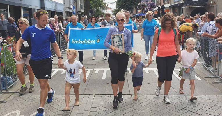 Karlien Devoghel bij haar aankomst tijdens de Dodentocht, geflankeerd door haar man en Ilse, mama van Cas. Karlien droeg het portret van Cas mee over de finishlijn.
