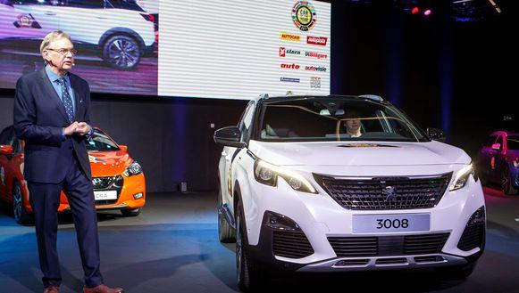 Hakan Matson, voorzitter van 'Auto van het Jaar', kondigt de Peugeot 3008 aan als 'Auto van het Jaar 2017'.