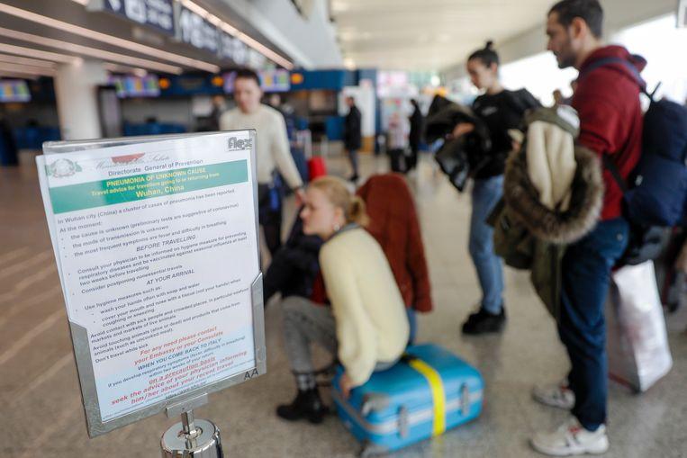 Een bordje met voorzorgsmaatregelen op de internationale luchthaven van Rome.