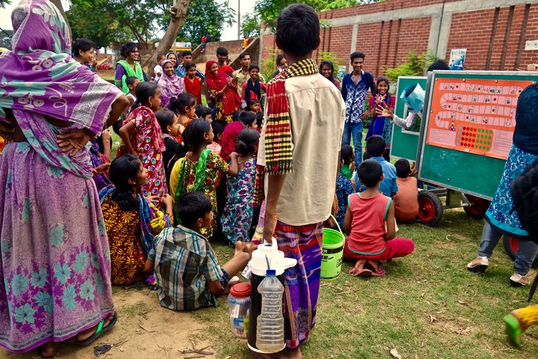 De mobiele school van Arnoud Raskin is intussen in 30 landen aanwezig: elk jaar komt het bedrijf met zeker 75.000 straatkinderen in contact.