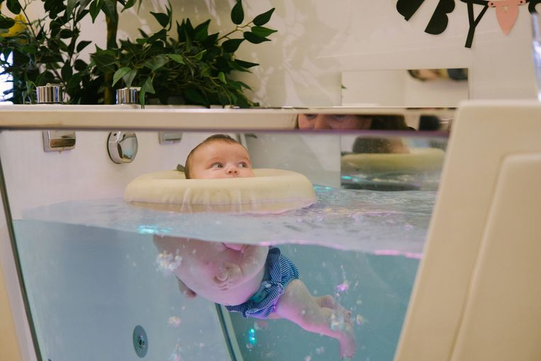 Baby's kunnen dankzij een gepatenteerde drijfring autonoom in het bad dobberen.
