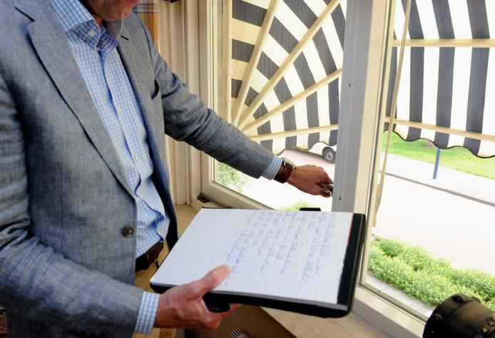 Een makelaar voert een aankoopkeuring van een woning uit.