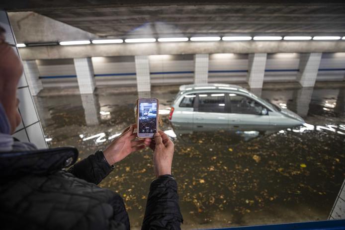 Wateroverlast na hevige regen in Hilversum. De Beatrixtunnel in het centrum is ondergelopen met water