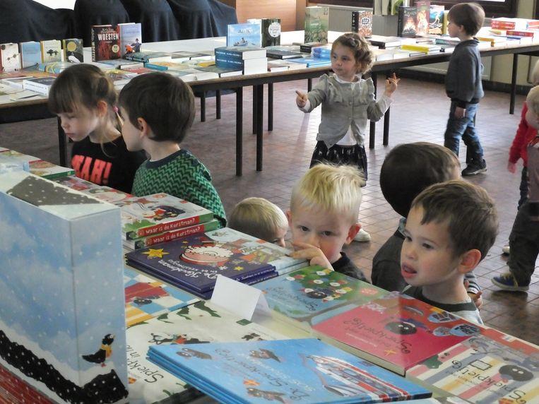 Ook de peuters ontdekken de kinderboekenbeurs.