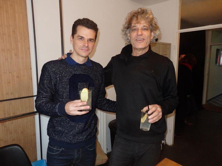 De Cubaanse artiest en stevige cocktailshaker Loidys Carnero met Erwin Schuster, galerie- en hotelhouder in Heesterveld Beeld Schuim