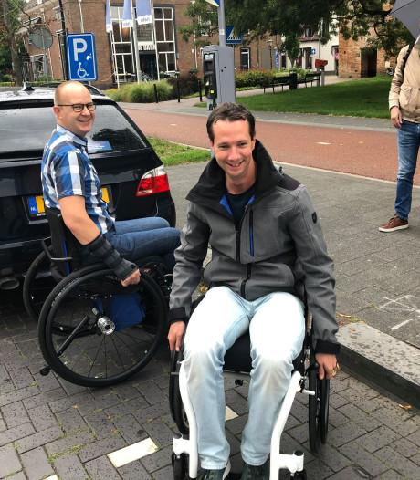 Aan het werk om obstakels voor gehandicapten in Harderwijk weg te werken