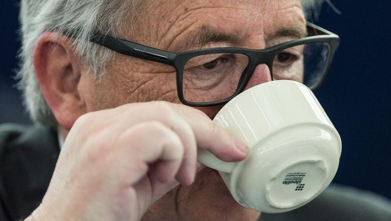 Voorzitter van de Europese Commissie Jean-Claude Juncker neemt een bakkie. Afgaande op de Cappuccino Index zal hij ongeveer de helft moeten laten staan. Beeld epa