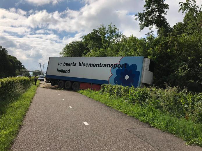 Een vrachtwagen is van de weg geraakt op de Nieuwe Rijksweg bij Beek-Ubbergen.