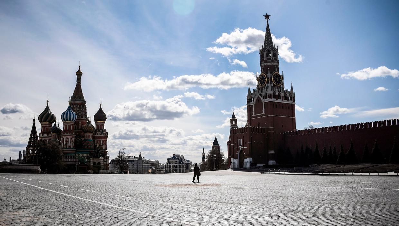 De Basiliuskathedraal en het Kremlin aan een verlaten Rode Plein.