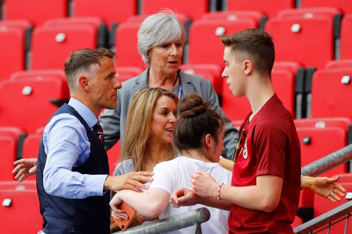 Phil Neville met zijn vrouw Julie en zoon Harvey na de gewonnen achtste finale tegen Kameroen afgelopen zondag.
