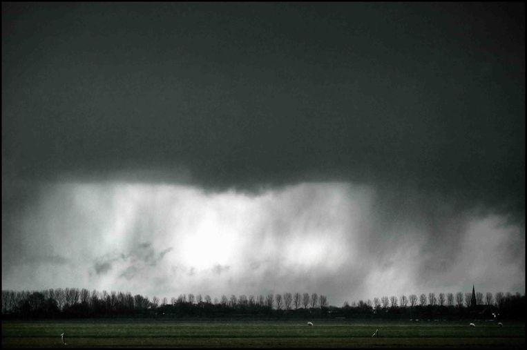 Regenbui nabij Alphen aan de Rijn. Beeld Joost van den Broek