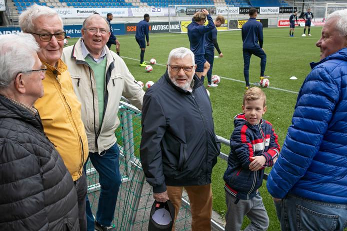 Mari (man in het midden met blauwe jas) is sinds 1963 trouwe RKC Supporter. De kleine jongen is Dani, zijn opa Bart Bool is de man met gele jas. Man met beige jas is Piet de Werd. Man helemaal rechts is Dré Engel