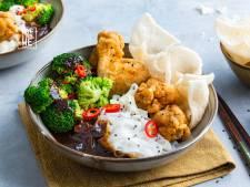 Wat Eten We Vandaag: Gefrituurde kipvleugels met hoisinsaus en rijstnoedels